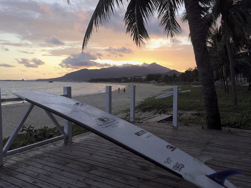 """17h """"Segunda parte do treino: volto pra água pra pegar mais umas ondas. Saio do mar com o sol se pondo atrás das montanhas."""""""