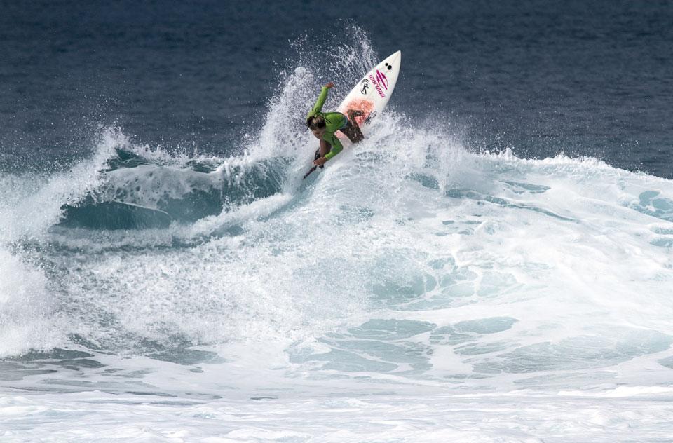 Tainá Hinckel mostrando talento no mar havaiano