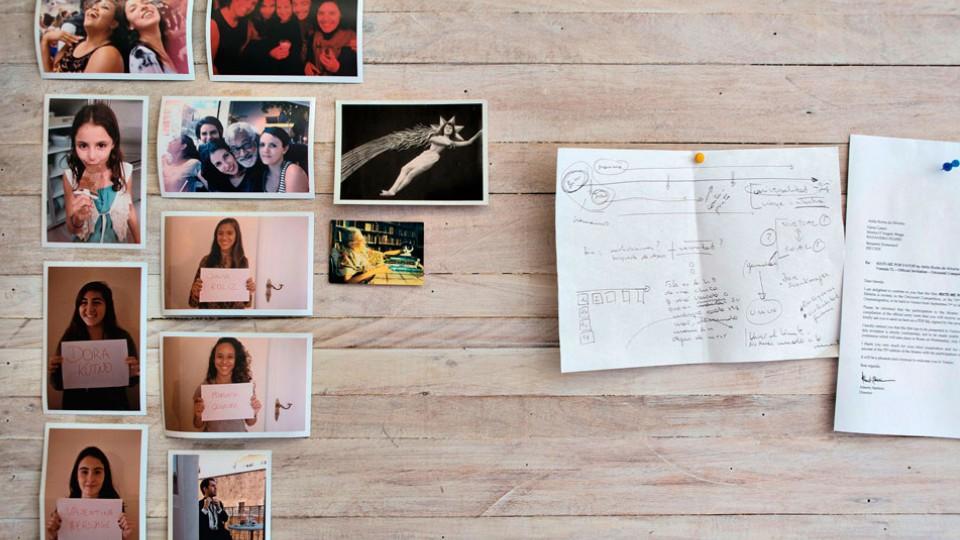 Uma parede do apartamento de Anita, vestida de fotos do elenco e amigos
