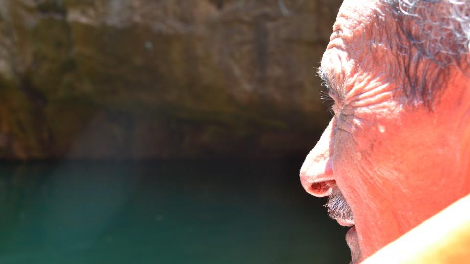 """Aos 76 anos, Zé Francisco, um senhor simples, grisalho e franzino,  embrenha na mata branca, liderando trilhas """"interpretativas"""" da caatinga."""