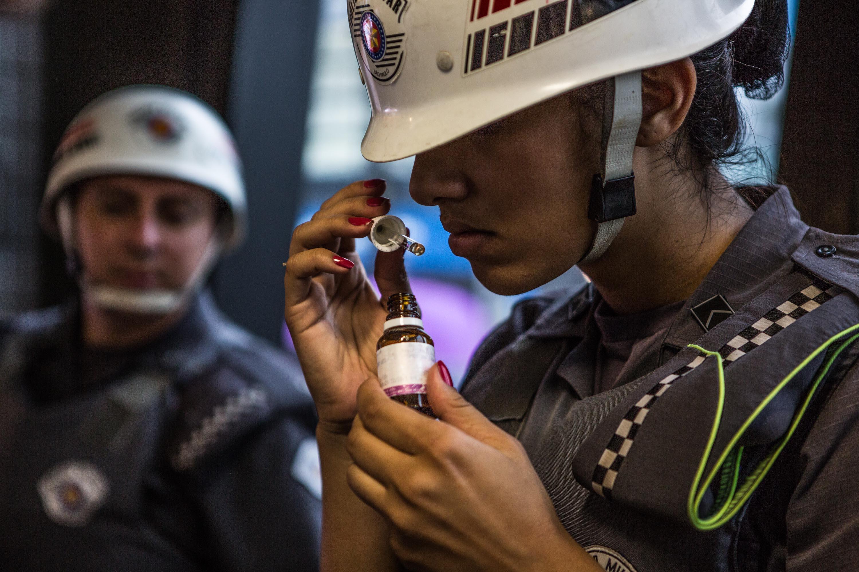 Policiais revistam usuários do metrô em dia de manifestação do MPL (Movimento Passe Livre).
