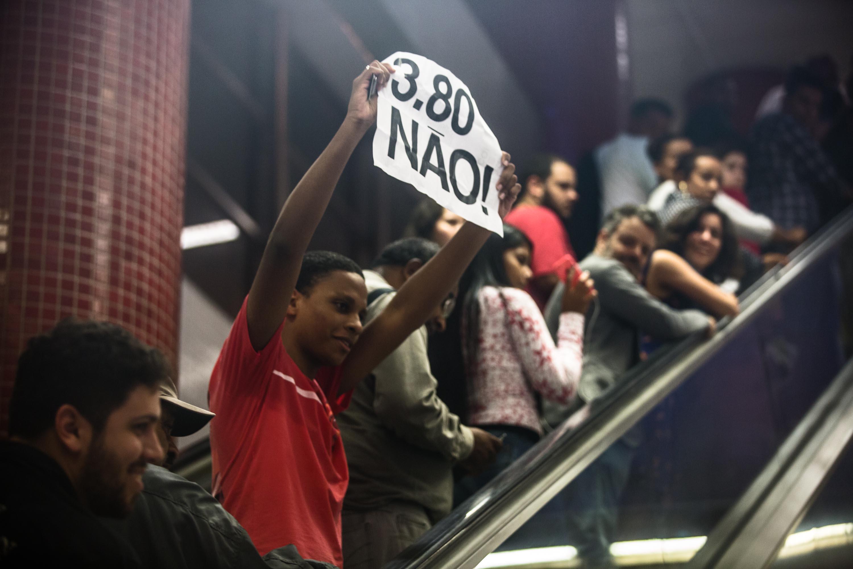 Manifestante protesta no metrô contra o aumento da tarifa do transporte público, em São Paulo.