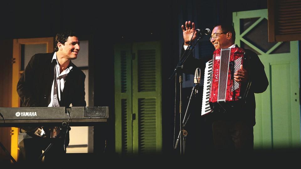 Binho no palco do Prêmio Trip Transformadores
