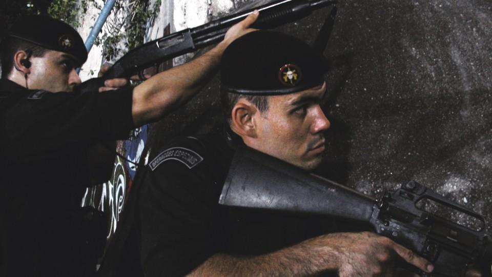 Como o soldado Tatu em Tropa de elite (2007), de José Padilha