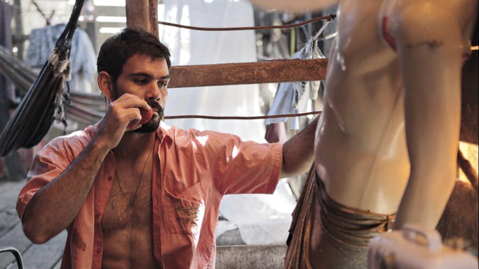 Como Iremar, vaqueiro e costureiro nas horas vagas, no filme Boi neon (2015), de Gabriel Mascaro