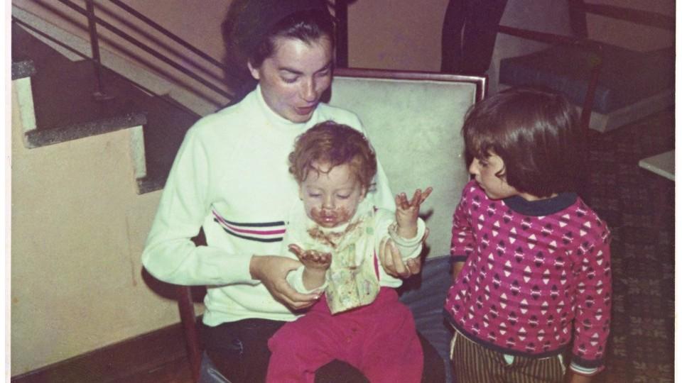 Atalinha lambusado de chocolate com a mãe, Otavia, e a irmã, Magú