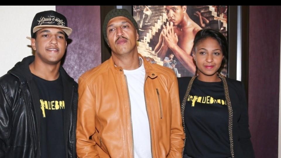 """Com o pai e a irmã, Domênica, na estreia do filme """"Na Quebrada"""", em 2014"""