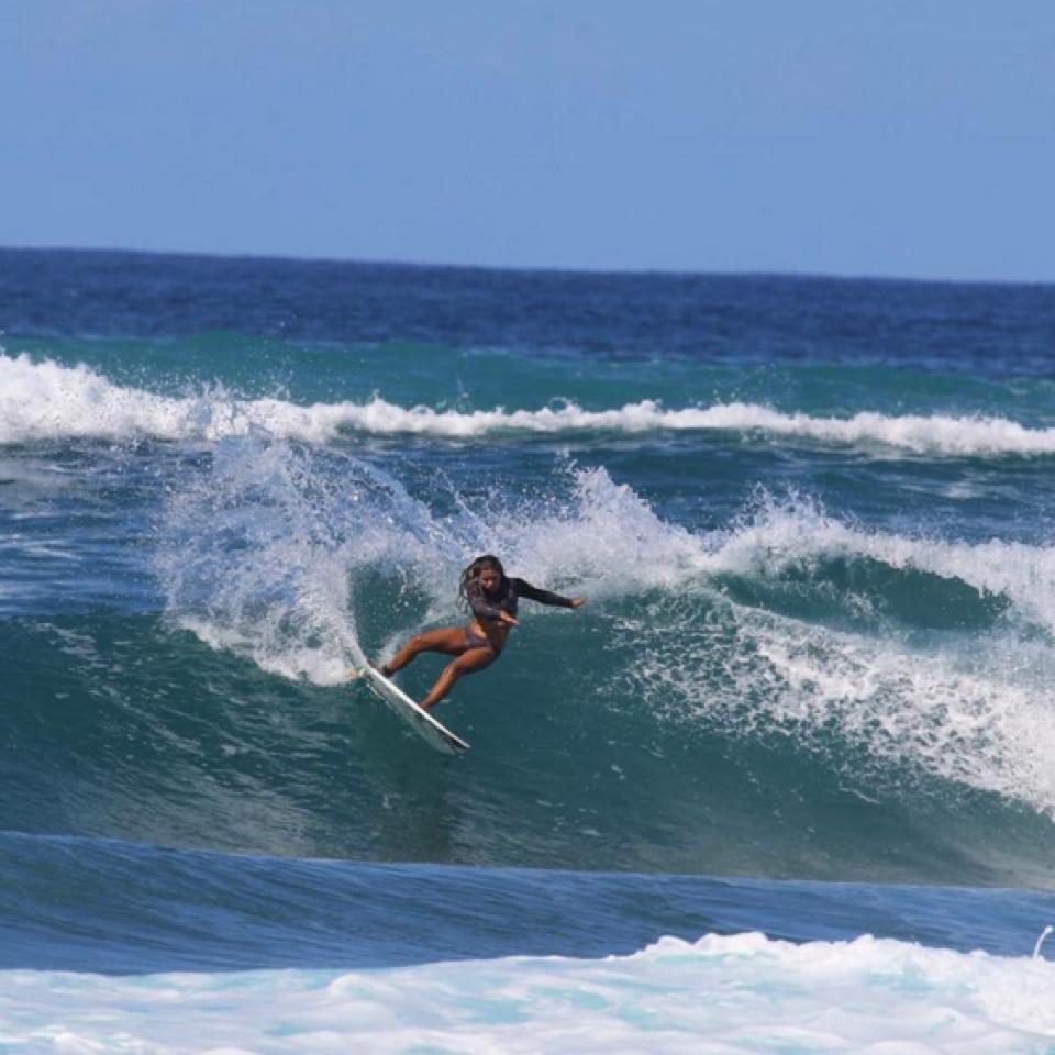 Tainá em uma sessão de surf.