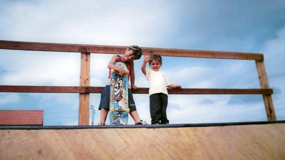 Pedro e Vi Kakinho na mini ramp que começou a cena do skate no bairro