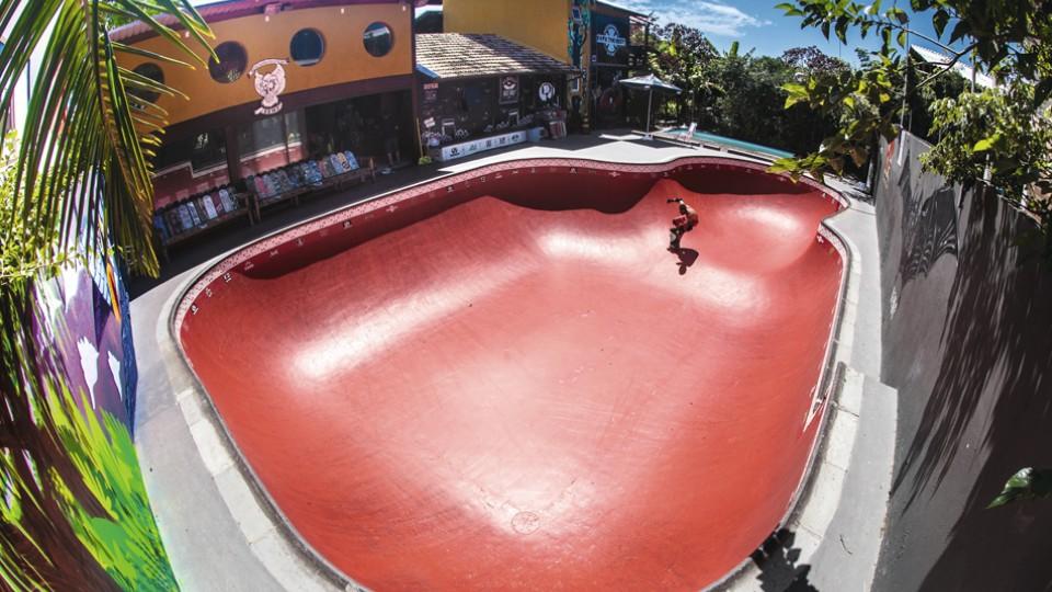 O bowl vermelho de Rafael Bandarra na pousada Hi Adventure