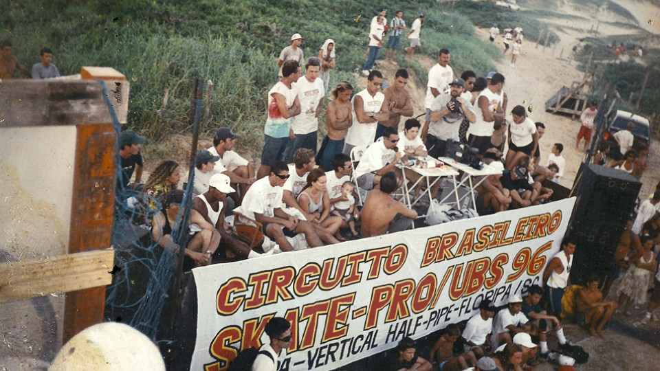 Campeonato na Praia Mole em 1996, quando o skate encontrou o surf