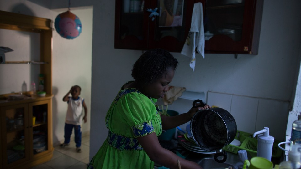 Silvye, 34 anos, é da República Democrática do Congo. Advogada, casada e mãe de 4 filhos, é refugiada reconhecida pelo Governo Brasileiro desde 2014