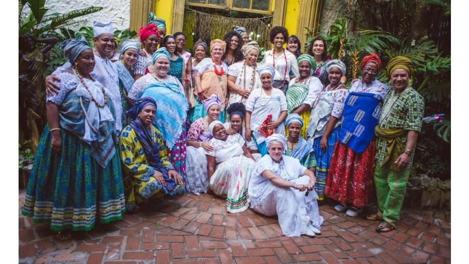Negras empoderadas e os membros do Ilê Olá Omí Asé Opô Araká; ao centro, Eliane, mãe Carmen e Alexandra