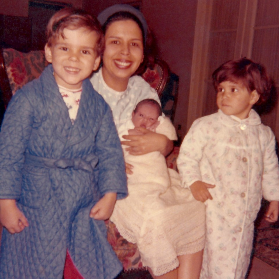 No colo da mãe, Lucy, entre os irmãos Tavo e Bebel, em Bruxelas (1965)