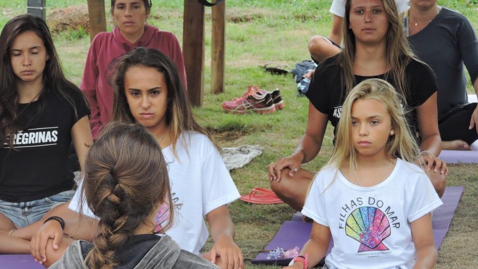 Aula de yoga durante o festival