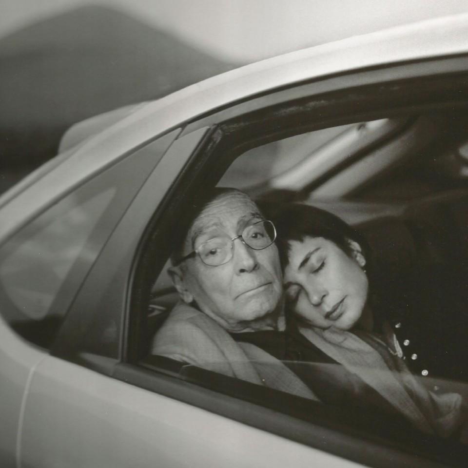 Lanzarote, 2007. Pilar descansava no ombro de Saramago enquanto a equipe do documentário preparava a luz para as gravações do dia