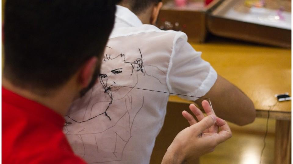 Rodrigo Mogiz em seu trabalho Enquanto desenho na sua superfície