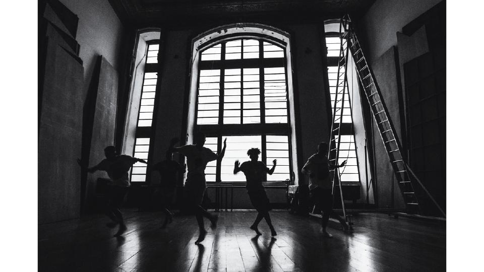 Garotos dançam passinho no curta BATALHA (2016)