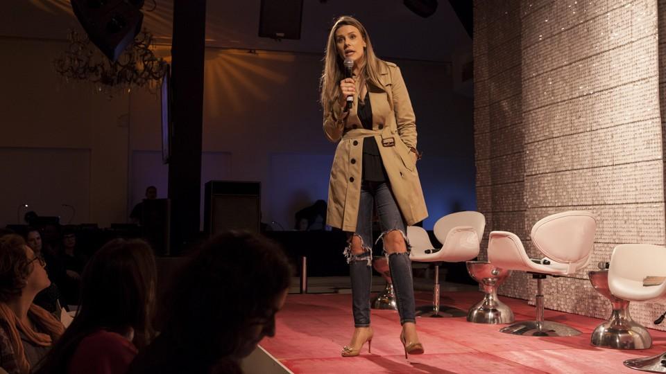 A jornalista Daiana Garbin contou para a plateia sua história de desconstrução em relação ao seu corpo.