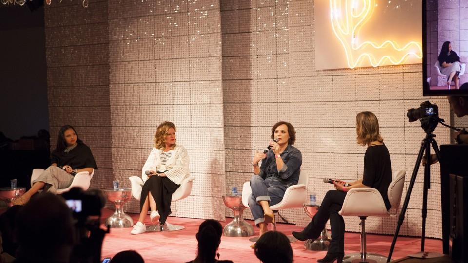 A jornalista Ariane Abdallah media o debate entre a arquiteta Carol Bueno, a diretora de empreendedorismo do Facebook na América Latina, Camila Fusco, e da VP de marketing da Heineken, Daniela Cachich