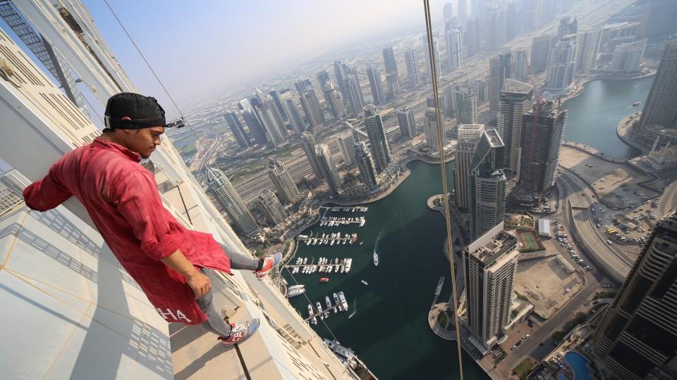 """""""Essa foto foi tirada em Dubai. Tinha um conhecido morando no edifício que eu chamaria de `pessoa chave´. Sem esse tipo de contato eu jamais passaria pela segurança do prédio e precisaria de cartões até para usar o elevador. Depois de burlar isso ainda tive que abrir algumas portas e subir algumas escadas"""""""
