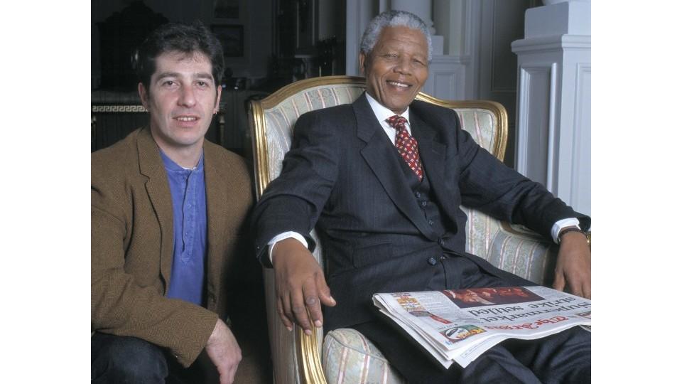 Com Nelson Mandela, que tem em mãos uma edição do jornal Cape Argus