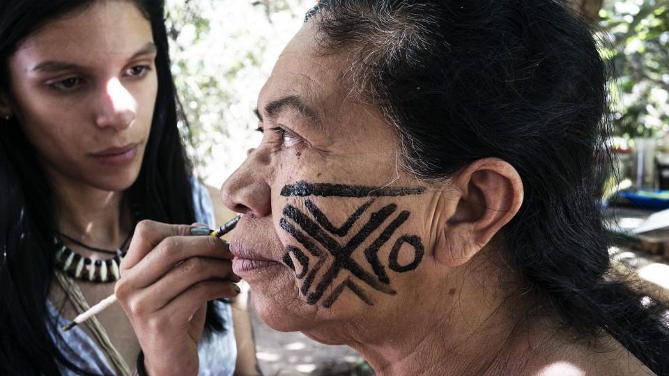 """""""A pintura facial é como um fortalecimento corporal. Sem, sou igual você. Mas tudo tem seu tempo e sua hora"""", diz Tanoné"""