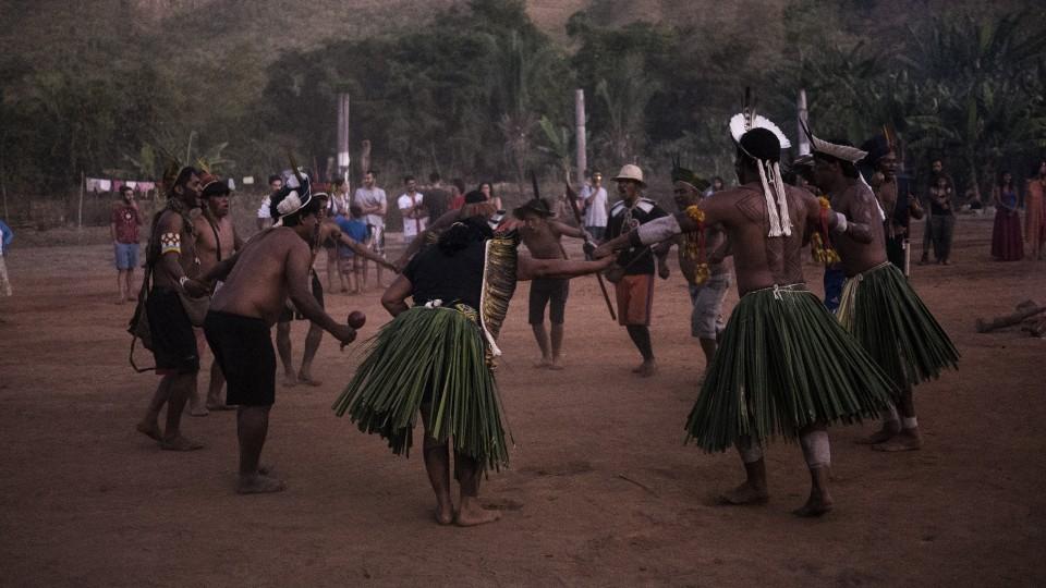 Tanoné é única mulher em roda de dança entre etnias presentes na aldeia