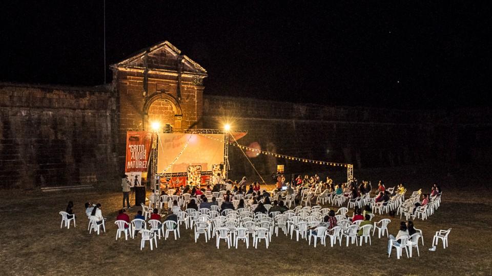 Exibição de filmes em Forte Príncipe da Beira, um dos poucos locais onde a presença do estado se faz na fronteira
