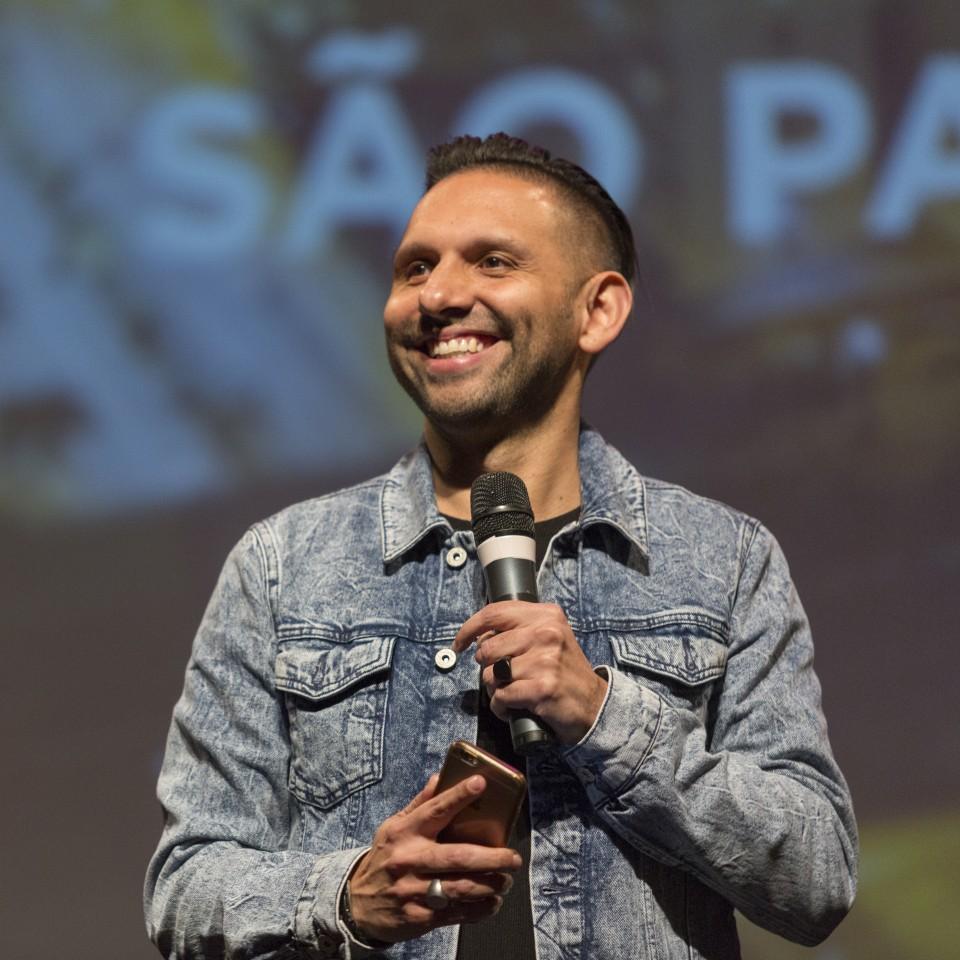 O pastor Chris Mendez, responsável pela Hillsong São Paulo