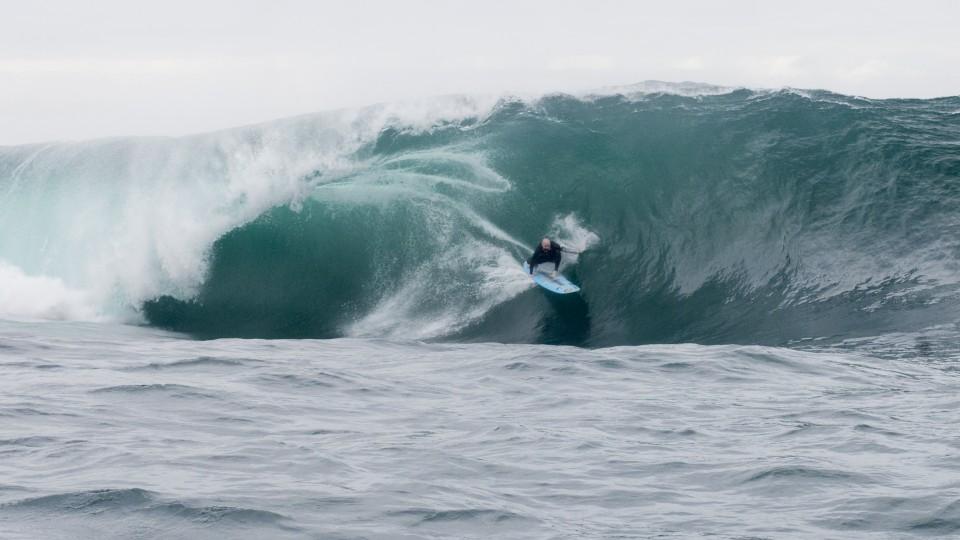 Phil Rajzman surfa na Laje do Gardenal, no Rio de Janeiro
