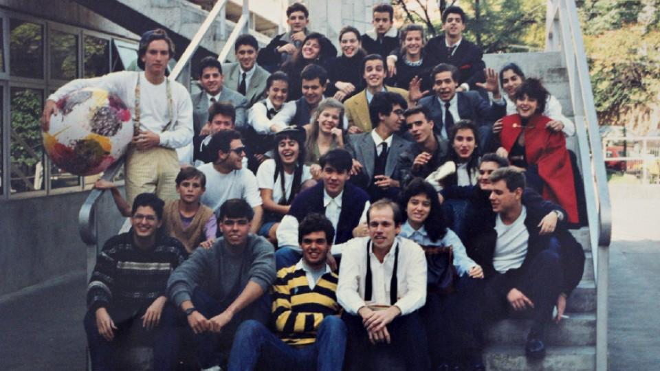 Alunos do colégio FAAP no final dos anos 80. Karnal está sentado no primeiro degrau à direita, com gravata aberta