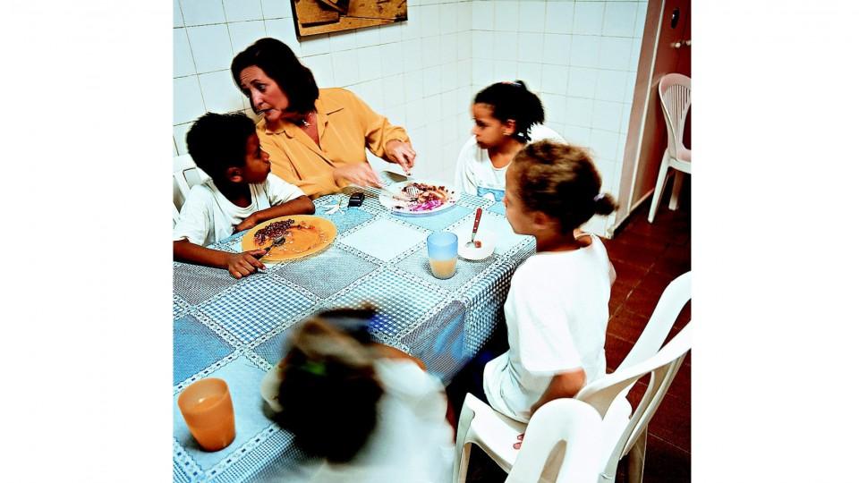 Lucinha no refeitório da Sociedade Viva Cazuza: ela faz questão de jantar com as crianças todos os dias