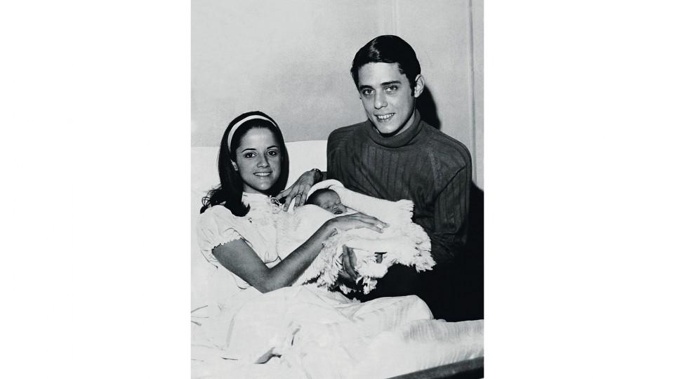 1969: Marieta e Chico na maternidade em Roma durante o exílio posam com Silvia, a primeira filha
