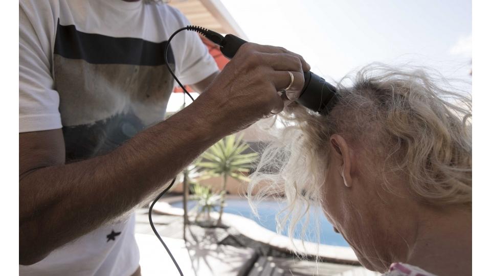 """""""Quando meus fios de cabelo voltaram a cair, não pensei duas vezes: logo nos primeiros dias, com muito amor e ternura, meu marido me ajudou a me desfazer do que restava"""""""