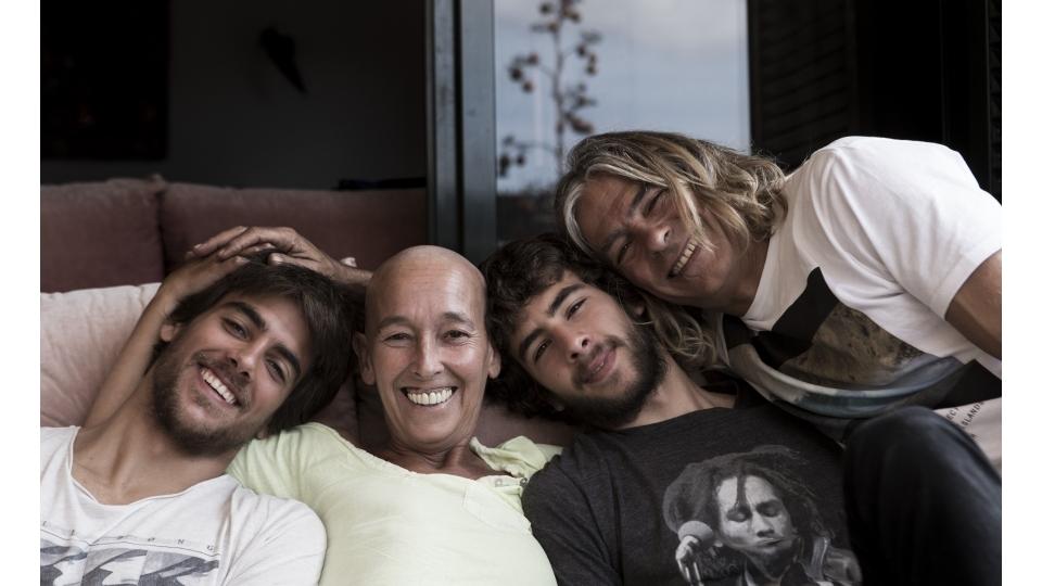 Martha ao lado de seu marido, Alfonso, e seus dois filhos, Bosko e Kosme  Fernandez