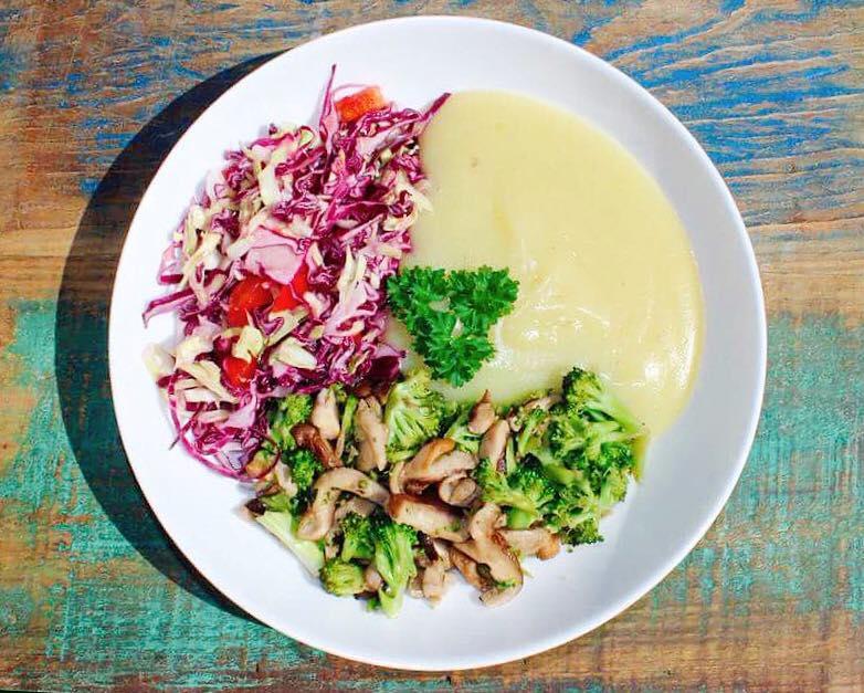 Purê de batatas, shitake refogado com brócolis e saladinha de repolho verde e roxo e tomates..