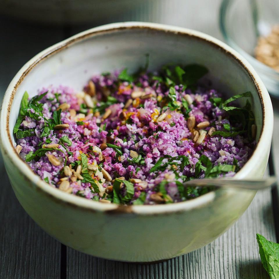 Couve-flor roxa em um delicioso tabule, acompanhado de pão sírio.  Nos ingredientes, amêndoas, semente de girassol, laranja e suas raspas.