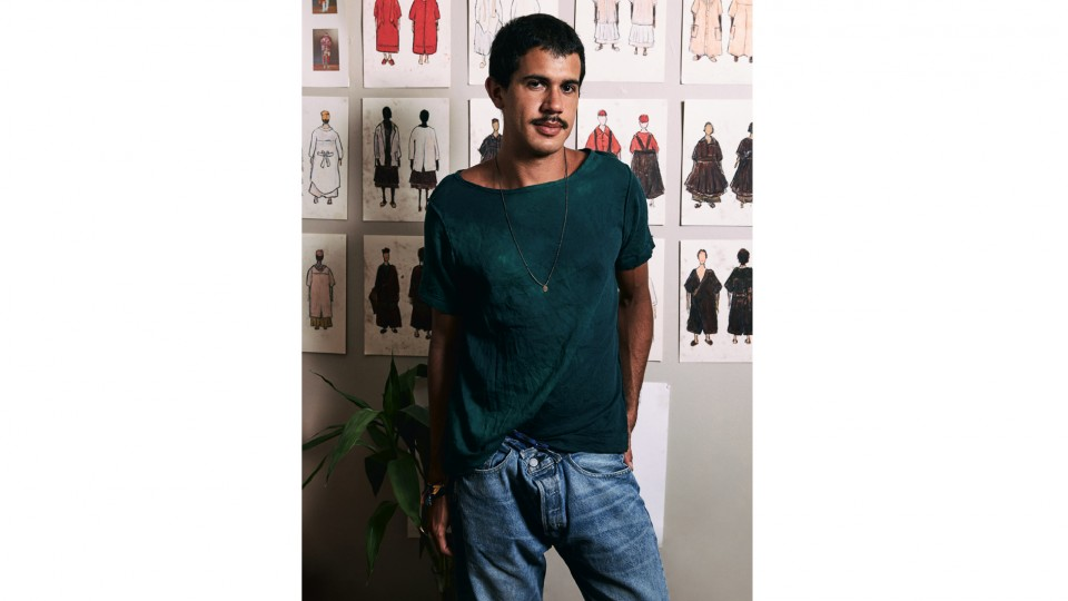 Rodrigo veste camiseta Hull R$ 180, jeans Levi's R$ 389, colar Abapha Vintage Pop R$ 80