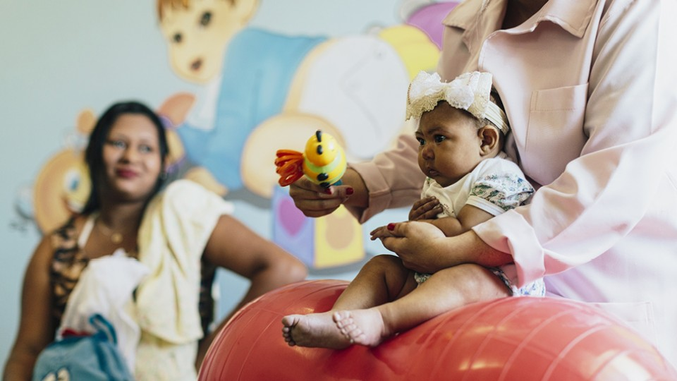 Bebê com microcefalia no hospital em Campina Grande