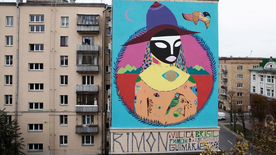 """Wall """"Lua Diurna"""" ( Moon in daylight ) em Minsk, por Rimon Guimarães (2015). O header dessa matérias e as págins finais da edição #169 da Tpm são ilustradas com um detalhe dessa obra."""