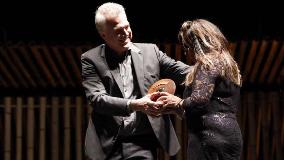 Pedro Bial entrega o prêmio a Marinalva Dantas