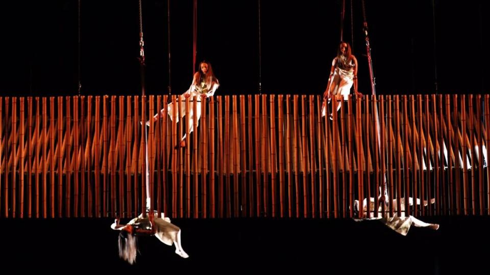 A Cia Base trouxe sua dança vertical ao palco da premiação, com direção de Poema Mühlenberg. O grupo acrobático é conhecido por se apresentar levando dança, arte e circo para espaços urbanos.