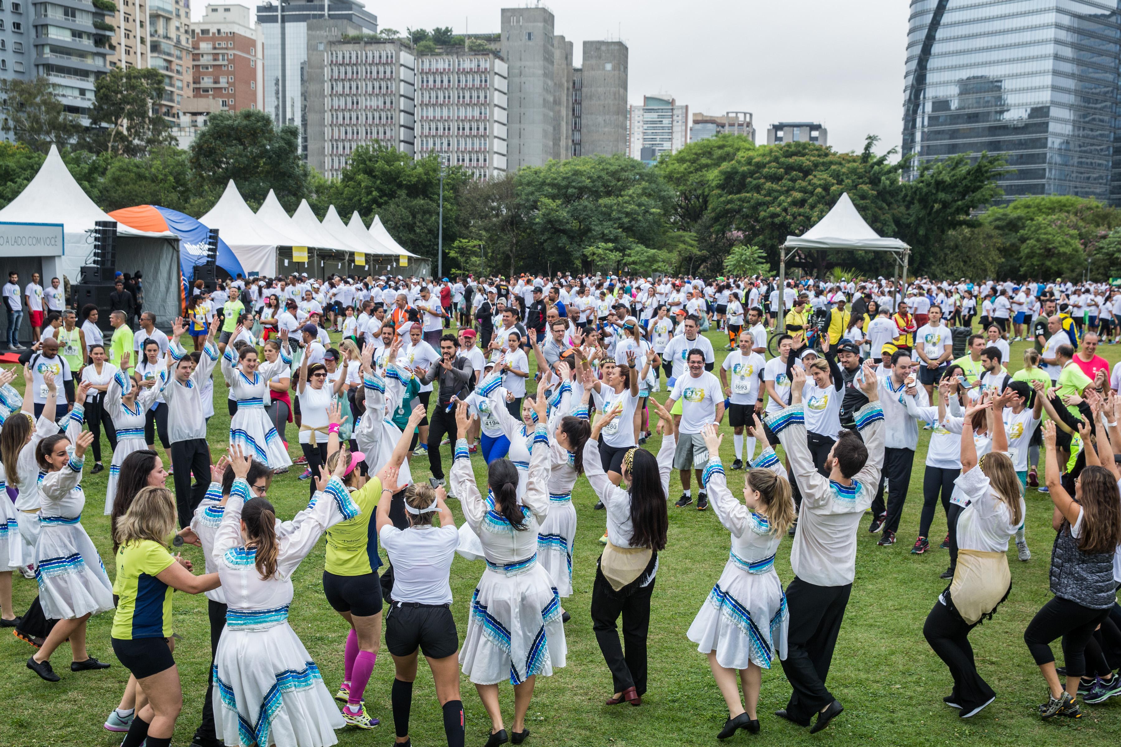 Apresentação de danças árabes, judaicas e brasileiras no encerramento do Caminho da Paz