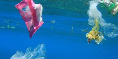 Mentawai: altas ondas e muito plástico