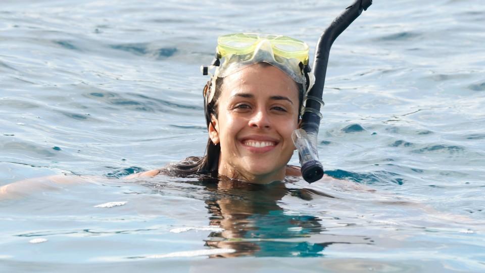 A jornalista brasileira Veridiana Sedeh em Mentawai, onde encontrou ondas perfeitas e muito plástico