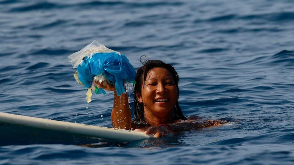A fotógrada Hatsumi Ishibashi, companheira de viagem, recolhe plástico depois de uma queda