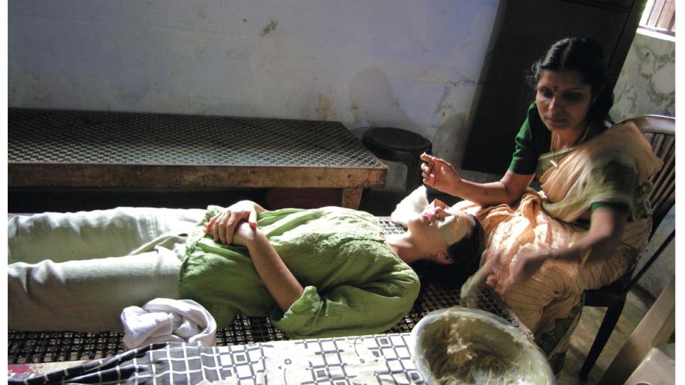 Na Índia, recebendo um tratamento à base de ghee nos olhos