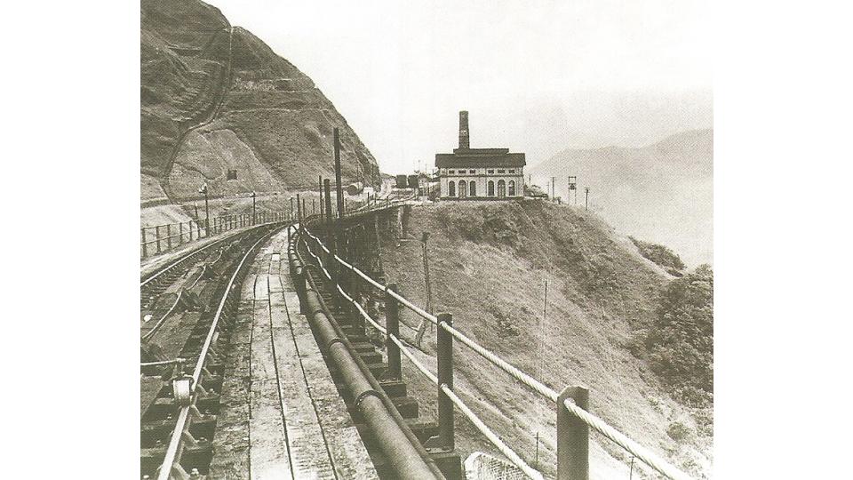Foto do antigo sistema do funicular em funcionamento, por volta de 1900