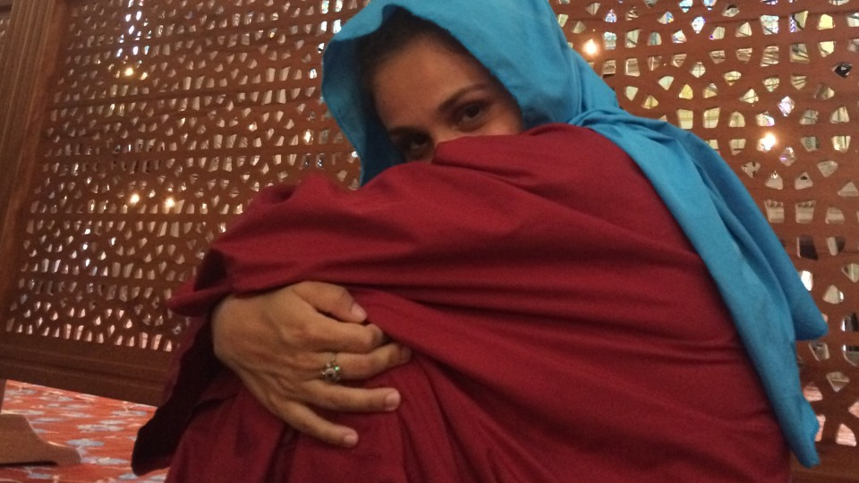 Gabriela, coberta dos pés a cabeça na Mesquita do Sultão Ahmed, a Mesquita Azul, em Istanbul, Turquia